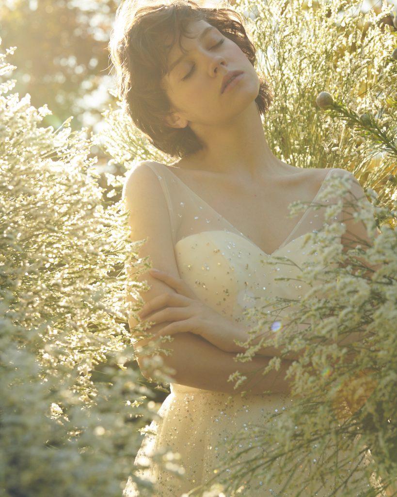 ウエディングドレス,ホワイトドレス,プリマカーラのウェディングドレス,結婚式衣装,キラキラしたウエディングドレス,スパンコールがキラキラのドレス,グリッタードレス,ショルダー付きドレス